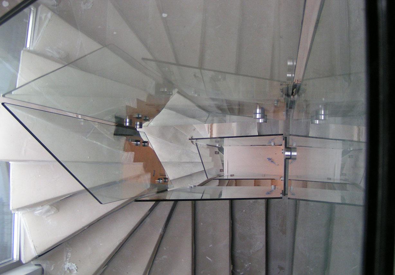 Γυαλιά ασφαλείας σε εσωτερική σκάλα