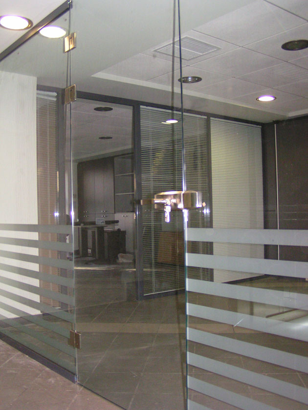 Γυάλινη πόρτα σε επαγγελματικό χώρο
