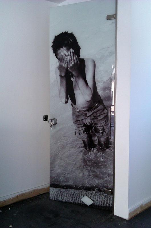 Γυάλινη πόρτα με ψηφιακή εκτύπωση σε γυαλί ασφαλείας